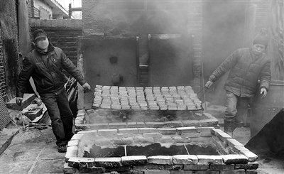京黑作坊每天产两千余斤劣质豆干进市场 疑似着色剂浸泡香干