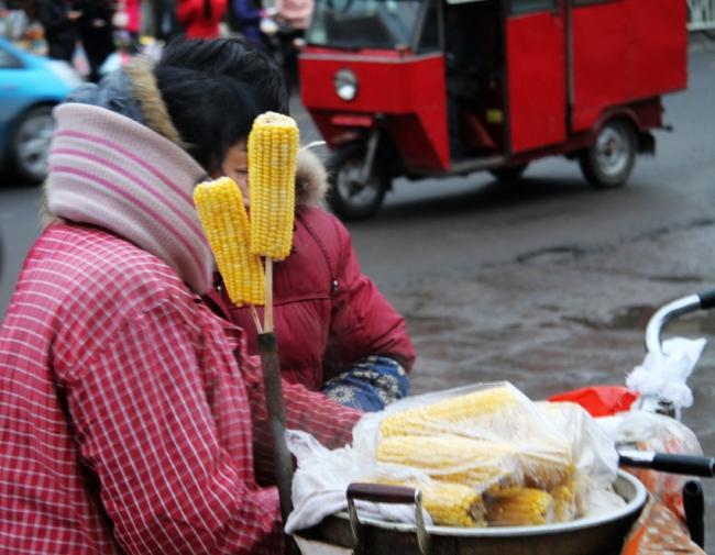 """街边煮玉米太香太甜可能加了""""甜蜜素"""""""