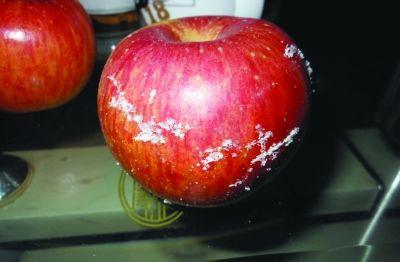 """5个苹果刮出半斤蜡 无良商家偷用工业蜡""""坑""""消费者"""