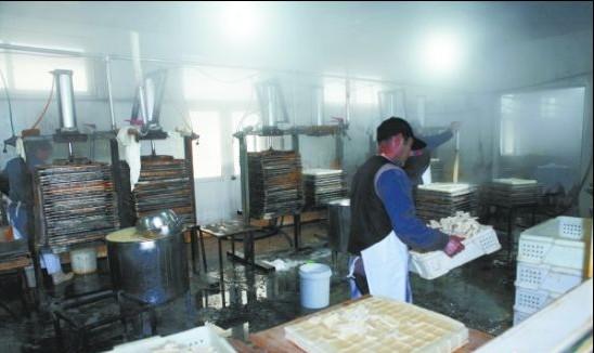 山东青岛一个豆腐作坊被查,用添加剂泡制